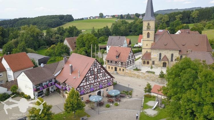 Gasthof mit Markktplatz und Kirche