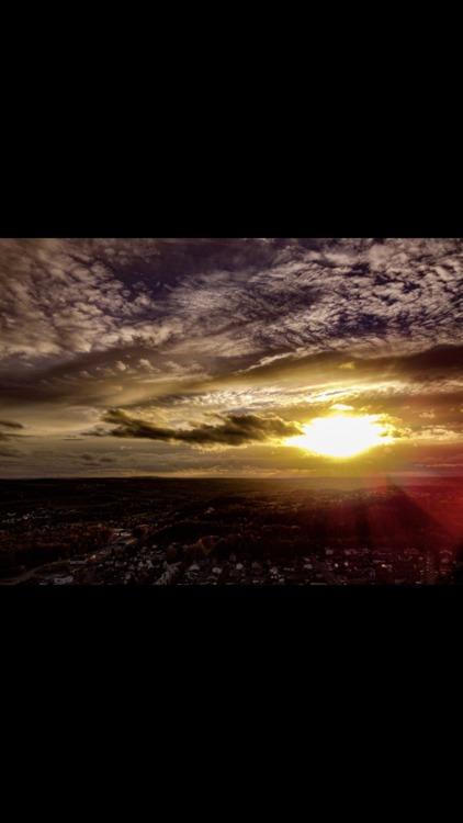 Sonnenuntergang im Herbst in knapp 100Metern Höhe über der Stadt
