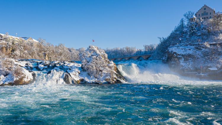 Der Rheinfall in Schaffhausen. So nah kommt man zu Fuß nicht heran.