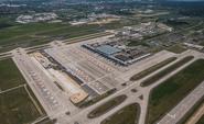 Flughafen Berlin Brandenburg während Coronavirus Pandemie Lockdown  mit geparkten Flugzeugen der Fluggesellschaften easyjet, Ryanair und Lufthansa