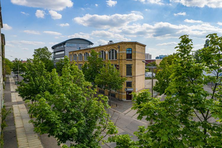 Eine Drohnenaufnahme einer Immobilie (z.B. als Imagebild für die Website oder als Werbebild für den Immobilienverkauf)